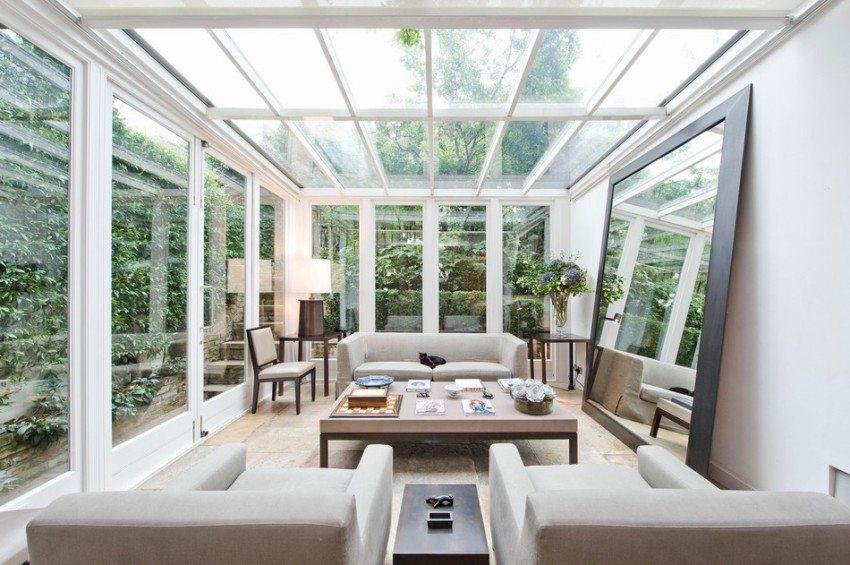 Уютная веранда со стеклянными стенами и потолком