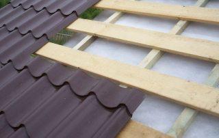 Устройство обрешетки под металлочерепицу: шаг, материалы и технология