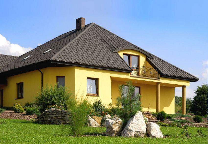 Крыша дома укрыта металлочерепицей