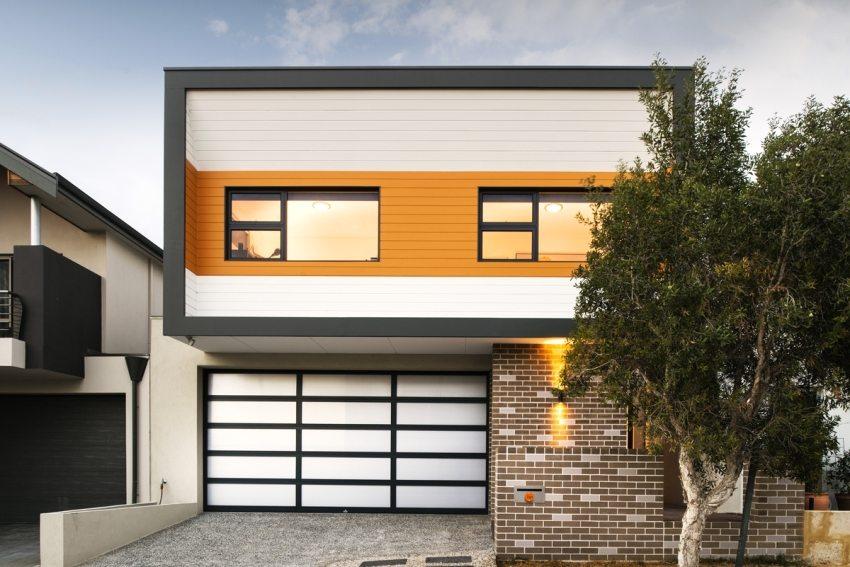 Оформление фасада дома с использованием сайдинга и клинкерной плитки