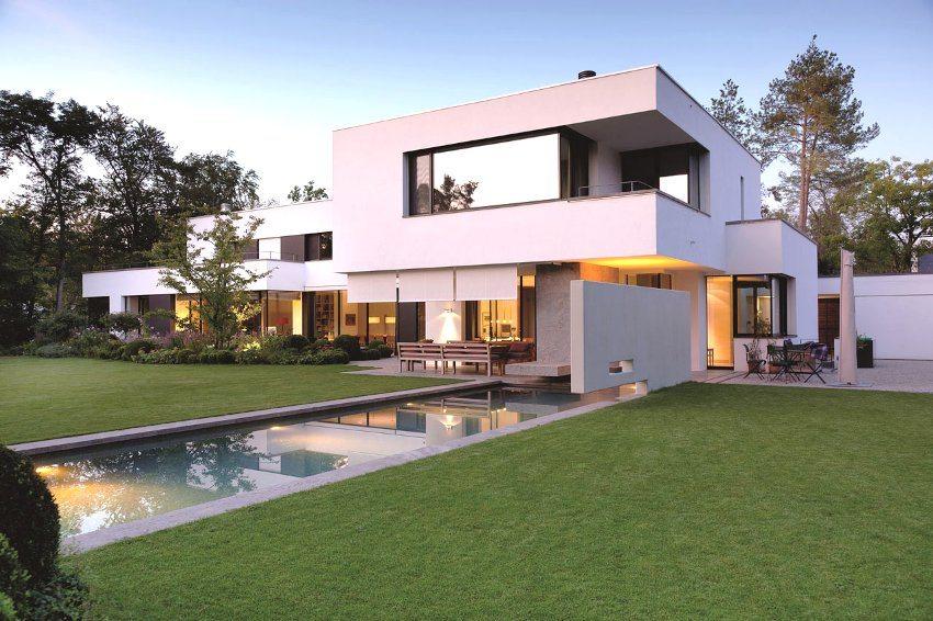 Оштукатуренный и окрашенный фасад загородного двухэтажного дома