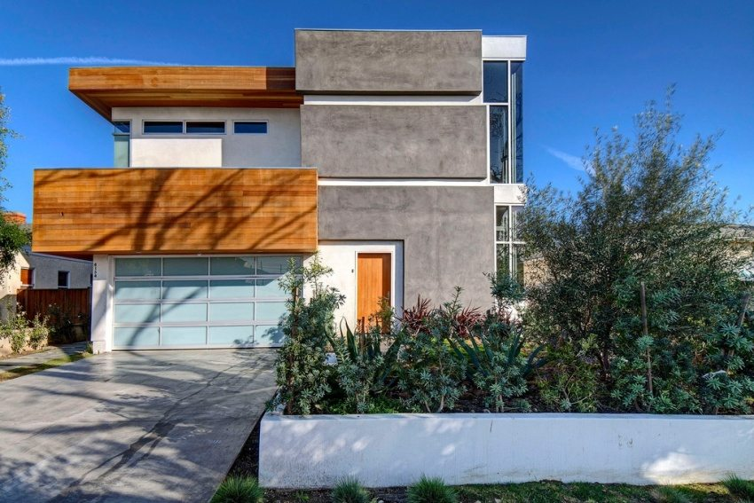 Стены дома облицованы фасадными панелями