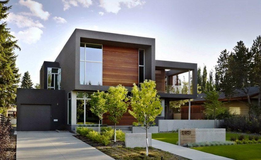 Стены дома оформлены с помощью фасадных панелей и дерева
