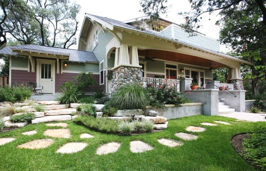 Основное и дополнительное крыльцо в доме выполнены в одинаковом стиле