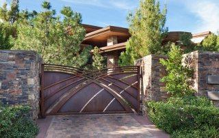 Устройство ворот для частного дома. Фото возможных вариантов