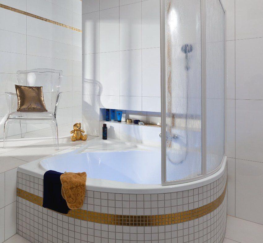 Ванна облицована белой и золотой мозаикой