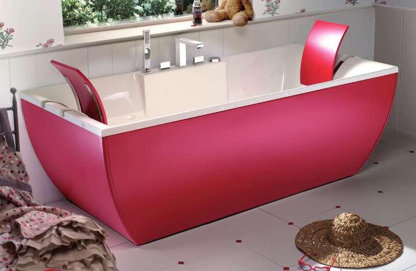 Ванна с ярко-розовым пластиковым экраном