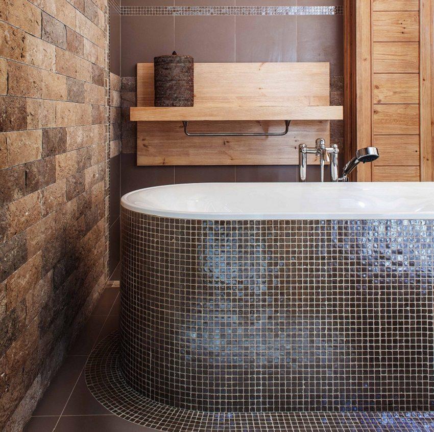 Ванная с акриловым вкладышем, обложенная плиткой мозаикой