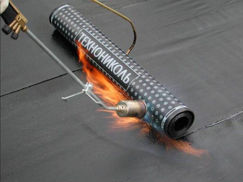 Для фиксирования на поверхности битумной рулонной плёнки используют газовую горелку