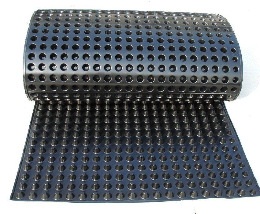 Профилированная дренажная мембрана из полимерных смол замечательно выполняет функции гидро- и звукоизоляции