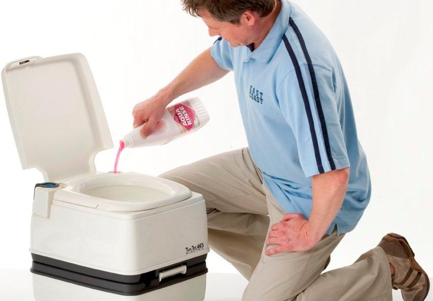 Перед использованием биотуалета в специальный резервуар необходимо залить химические добавки