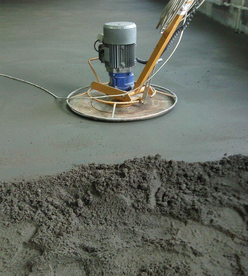 С помощью шлифовальной машины можно добиться абсолютно гладкой поверхности полусухой стяжки