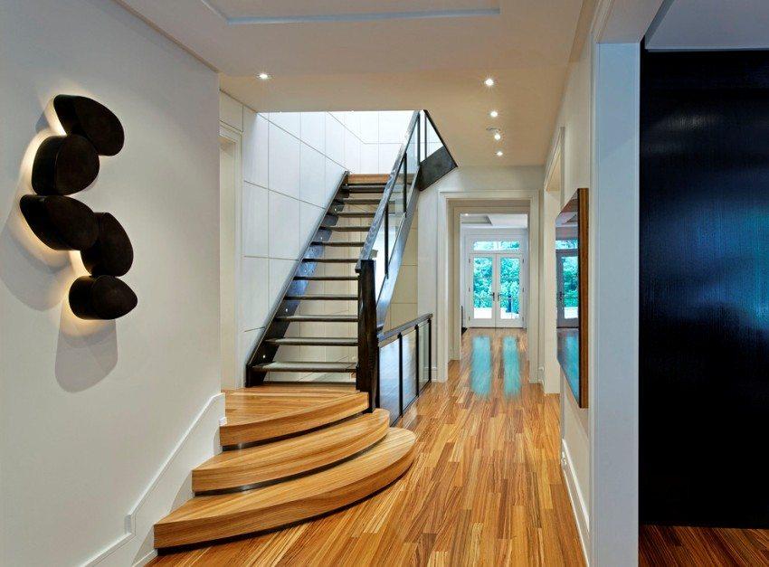 Лестница на второй этаж из металла и дерева