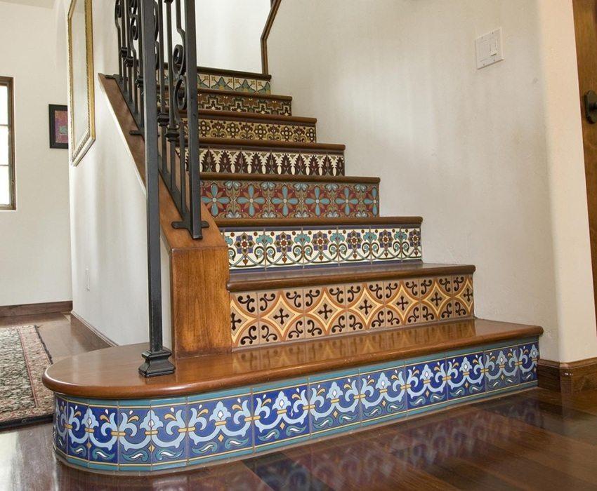 Ступени бетонной лестницы оформлены изразцовой плиткой