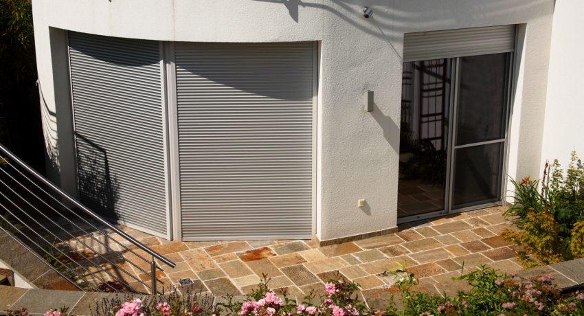 Наружные рольставни на двери: устройство и преимущества