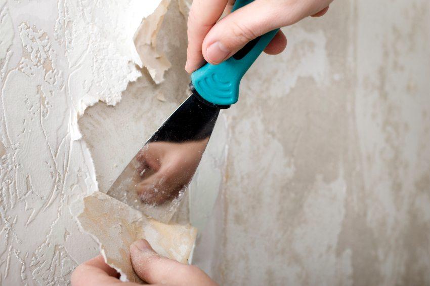 Необходимо тщательно снять все старые обои со стен