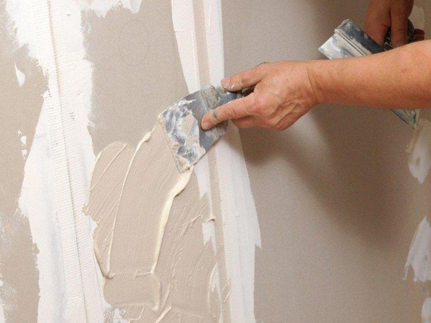 Трещинки и вмятины на стенах необходимо зашпаклевать