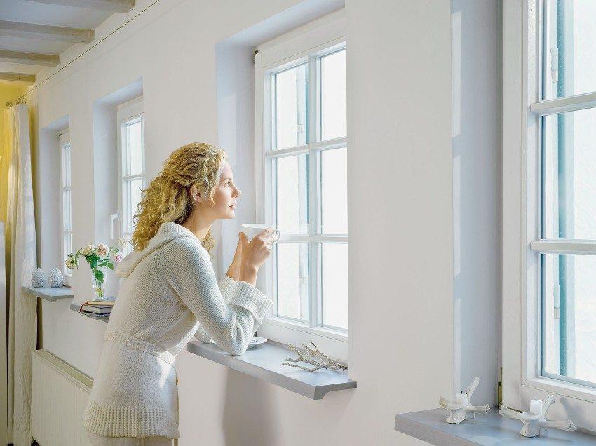 Традиционно оконные откосы окрашивают в белый цвет