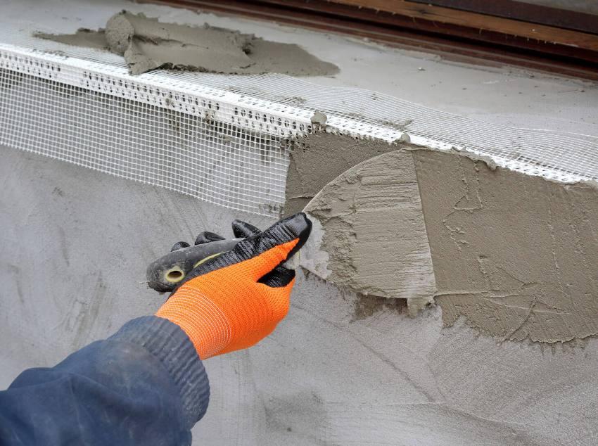 Для создания ровных (перпендикулярных стене) откосов используют штукатурный уголок