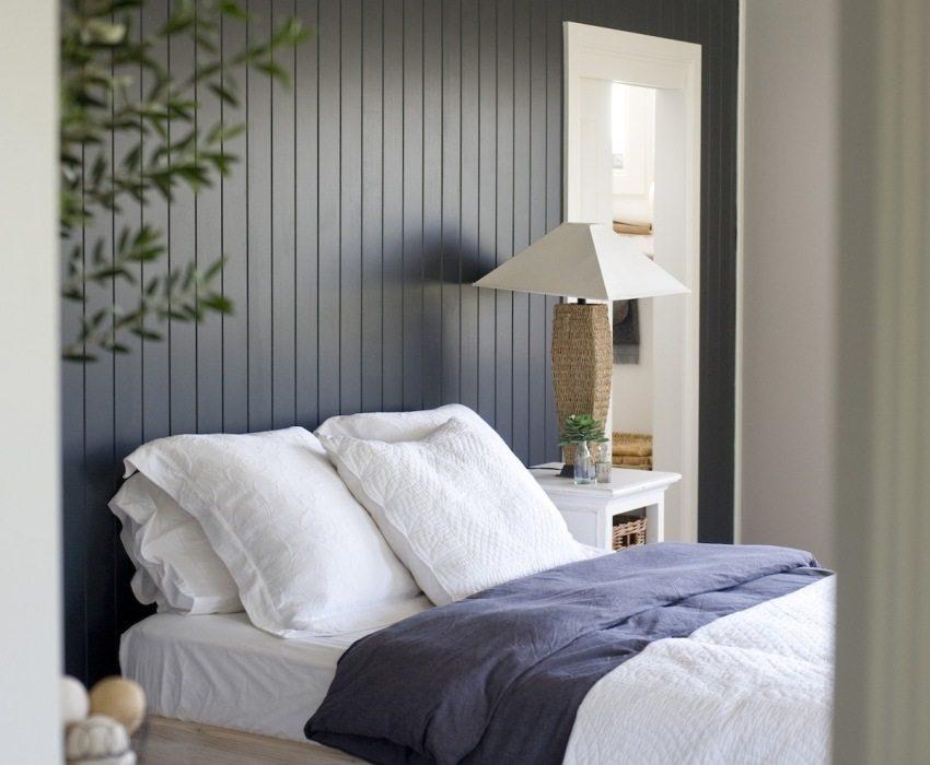 Вертикальное размещение панелей в спальне