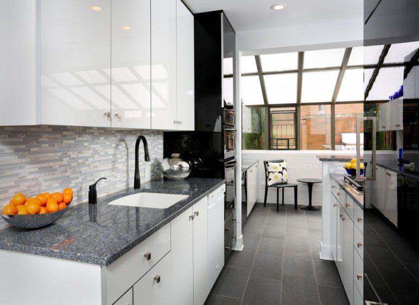 Плиткой на кухне можно облицевать не всю стену, а только пространство между нижними и верхними шкафами