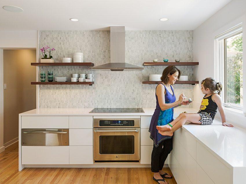 Если на кухне не используются подвесные шкафчики - стену можно облицевать плиткой до самого потолка