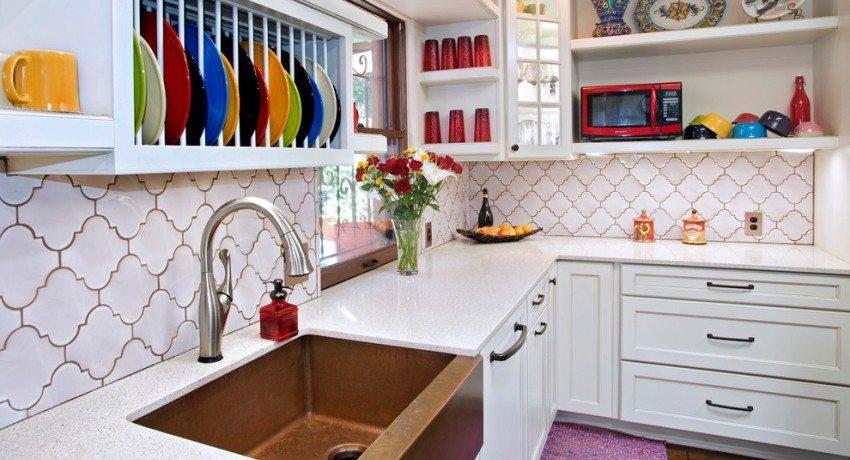 Рабочая зона кухни облицована кафельной плиткой