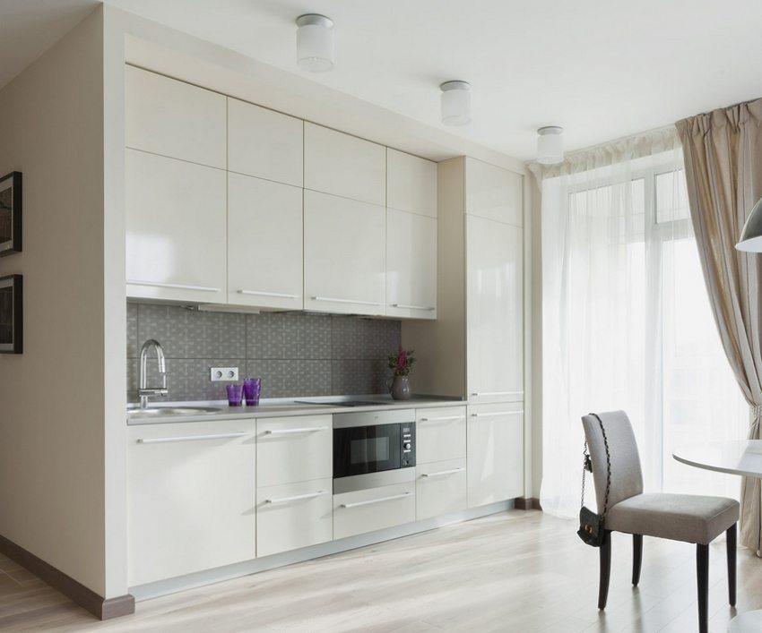 Фартук из плитки с матовой поверхностью прекрасно гармонирует с глянцевой кухонной стенкой