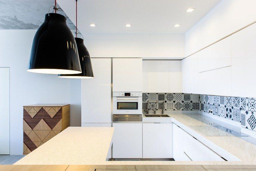 Кухня оформлена в современном минималистском стиле