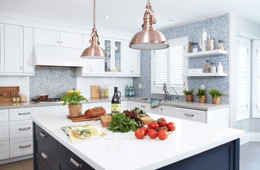 Рабочие стены кухни облицованы керамической мозаикой