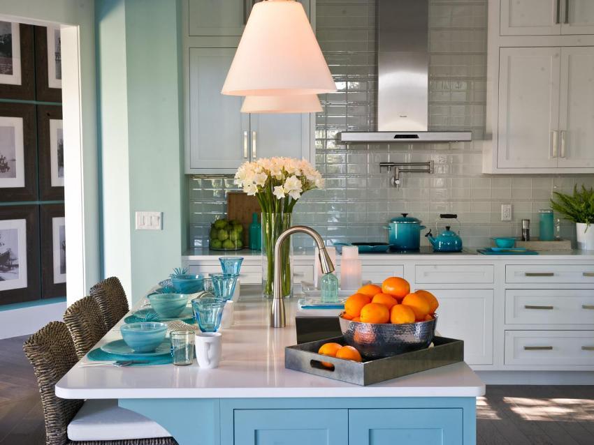 Кухонный фартук выполнен из глянцевой плитки