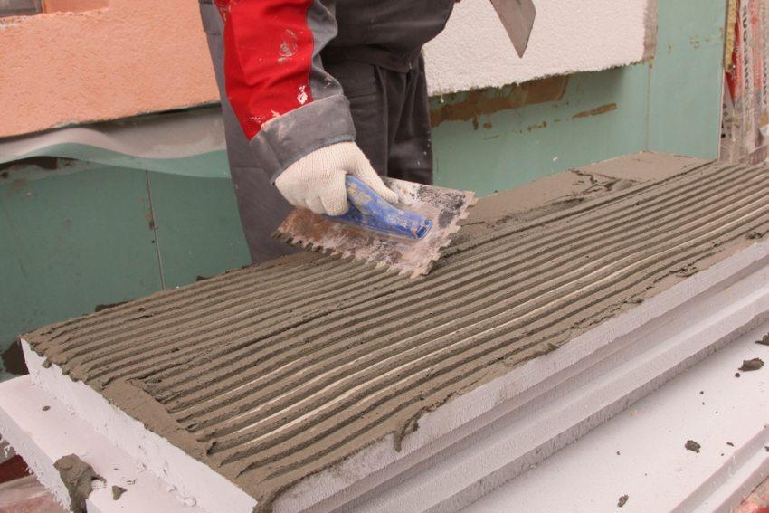 Пенополистирольные плиты монтируются на стены с помощью специального клеевого состава