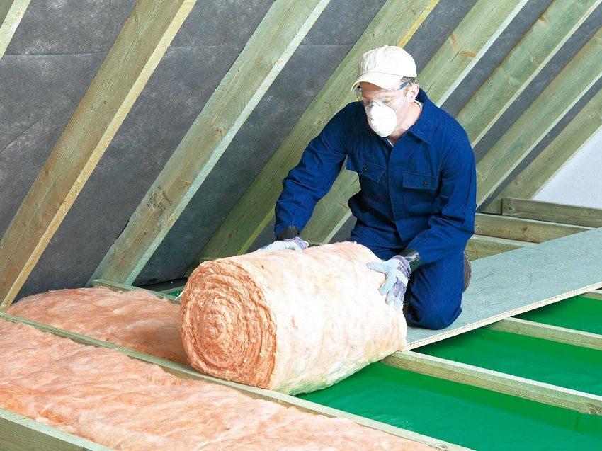 Работы по утеплению крыши следует выполнять в спецодежде, защитных очках и респираторе