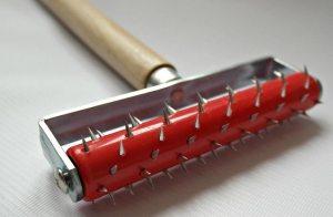 Для лучшего сцепления гладкие плиты пеноплекса прокатывают игольчатым валиком