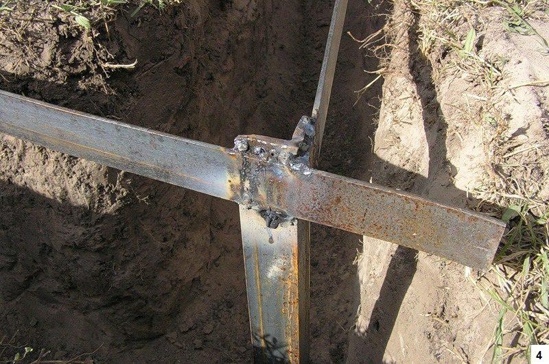 Шаг 4: обвязка вкопанных уголков путем сваривания