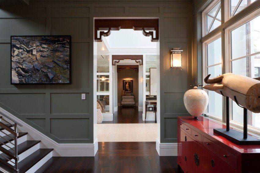 Дверные проемы украшены декоративными элементами
