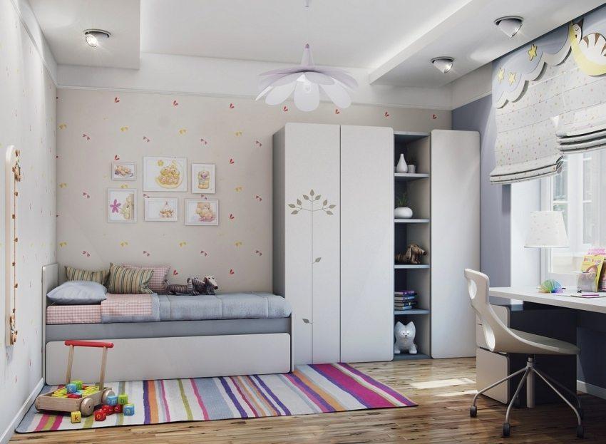 Люстра и светильники на потолке в детской