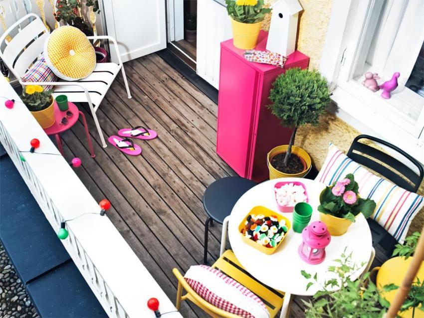 Фактурная штукатурка на стенах и деревянная доска на полу балкона