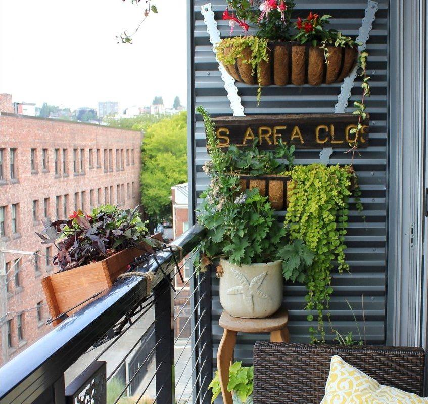 В отделке балкона использован листовой металл
