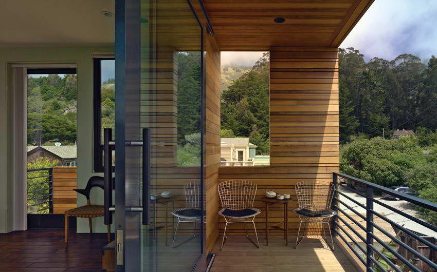 Доска из дерева в отделке балкона
