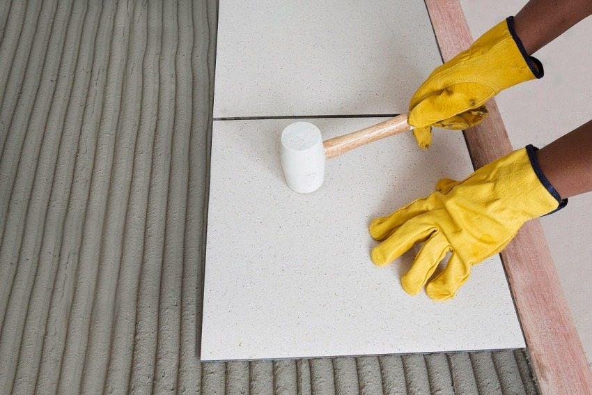 Для укладки плитки используется резиновый молоток