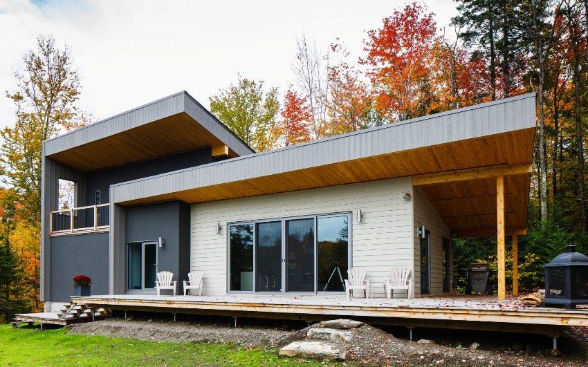 Крыльцо деревянного дома переходит в террасу