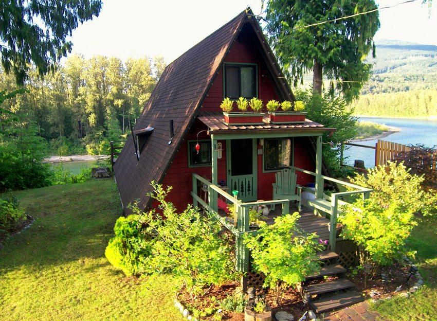 Аккуратное крыльцо деревянного дома