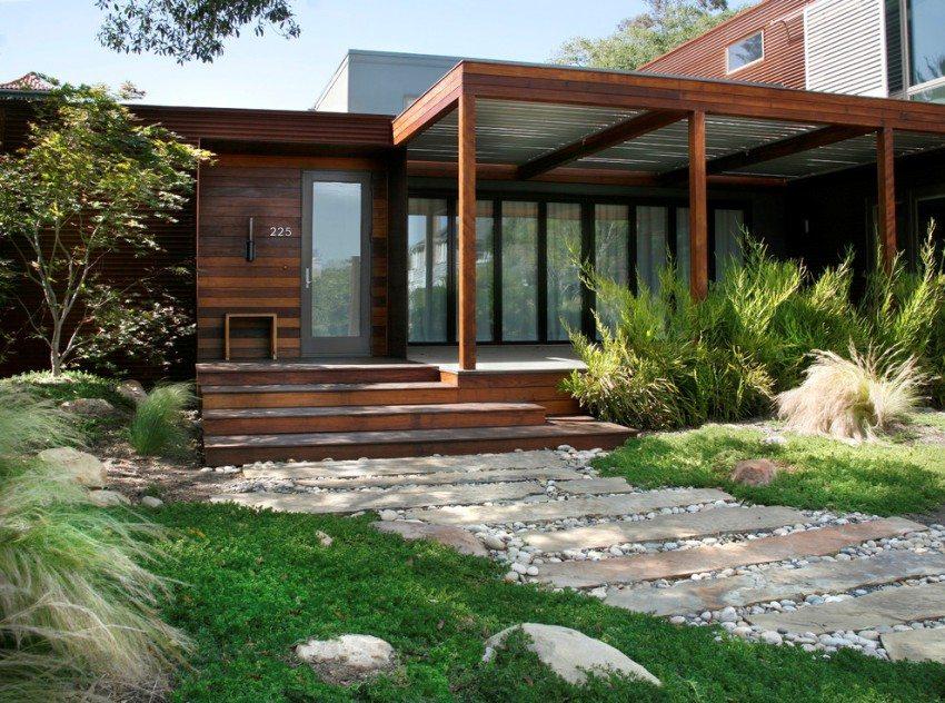 Открытое крыльцо современного деревянного дома
