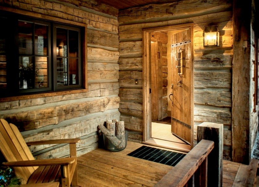 Уютное крыльцо с деревянной отделкой