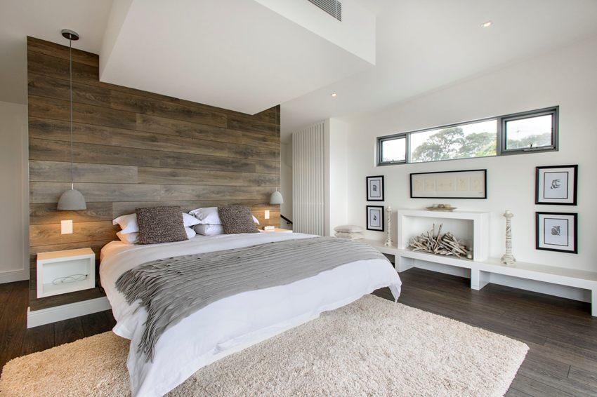 Стена и пол в спальне оформлены одинаковым ламинатом