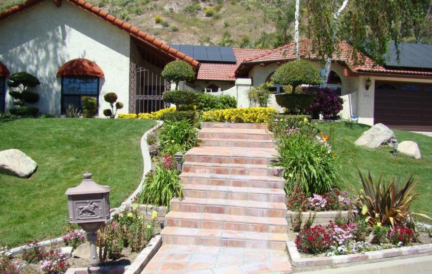 Небольшая каменная лестница в окружении садовых цветов
