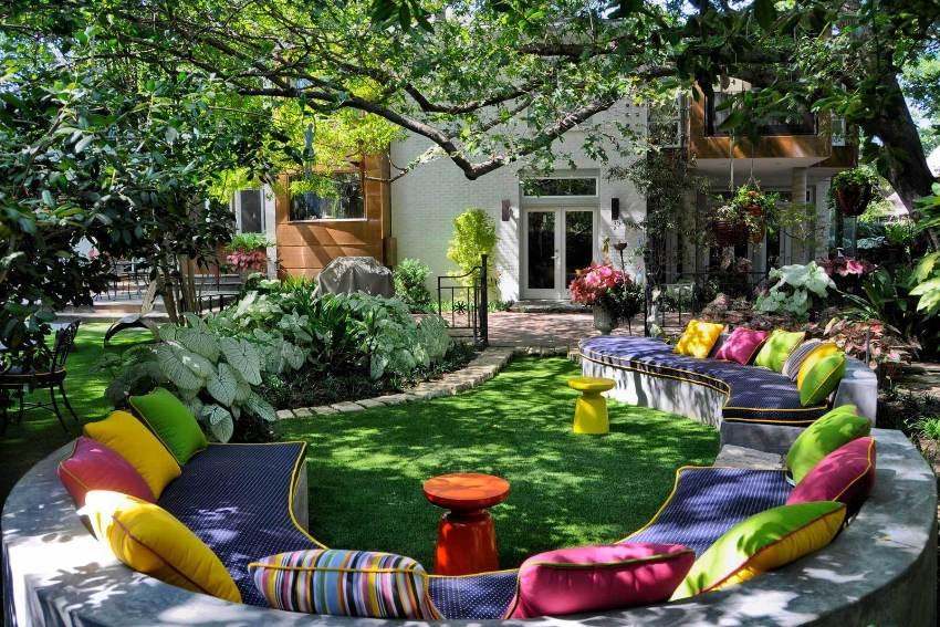 Под кронами деревьев можно оборудовать комфортную зону для отдыха