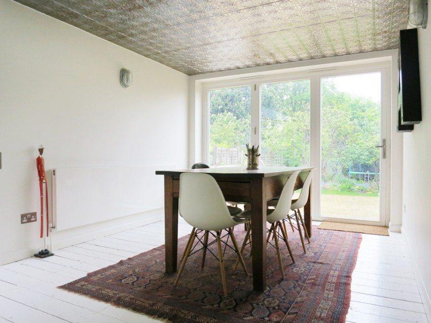 Пенопластовые плитки с глянцевой ламинацией в столовой
