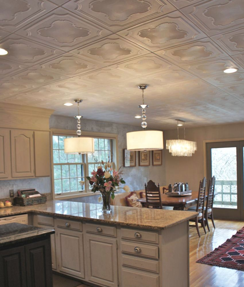 Пенопластовая плитка уложена на потолке параллельными рядами